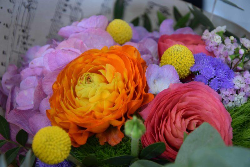 livraison fleurs bordeaux bouquet rond fleurs de saisons renoncules Réalisation Carré Roses fleuriste Bordeaux
