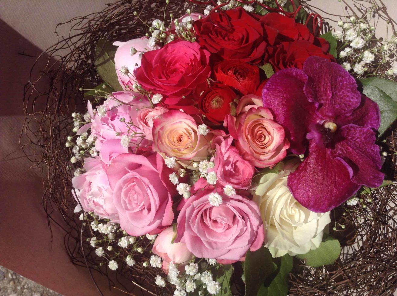 livraison fleurs bordeaux bouquet rond naissance fleurs roses et orchidées Réalisation Carré Roses fleuriste Bordeaux