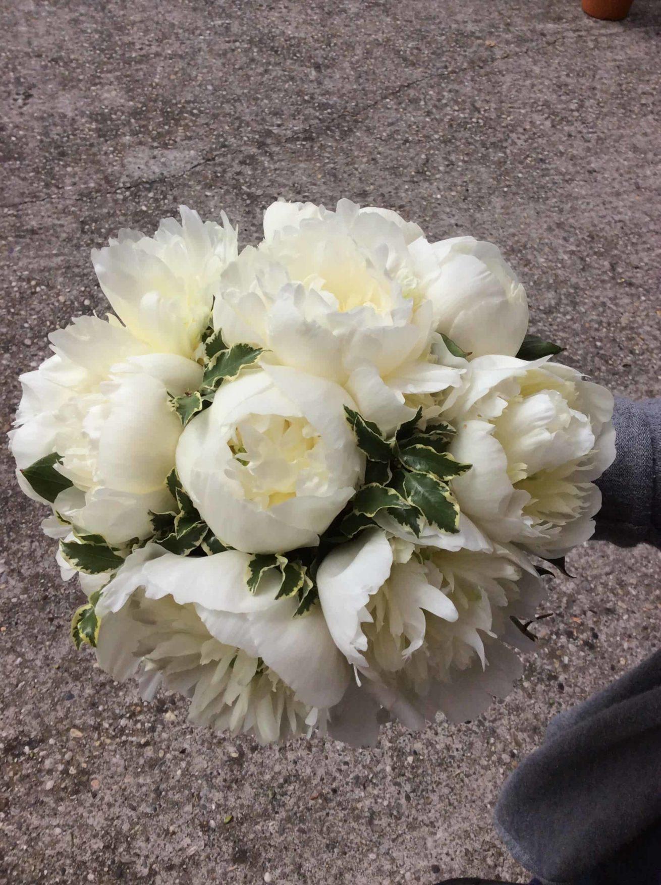 Fleuriste mariage Bordeaux Bouquet de mariée pivoines blanches Réalisation Carré Roses Artisan Fleuriste Bordeaux Bègles Floirac
