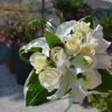 Fleuriste mariage Bordeaux Bouquet de mariée blanc lys et roses blanches Réalisation Carré Roses Artisan Fleuriste Bordeaux Bègles Floirac