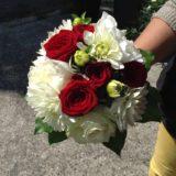 Fleuriste mariage Bordeaux Bouquet de mariée roses rouges et dalhias Réalisation Carré Roses Artisan Fleuriste Bordeaux Bègles Floirac