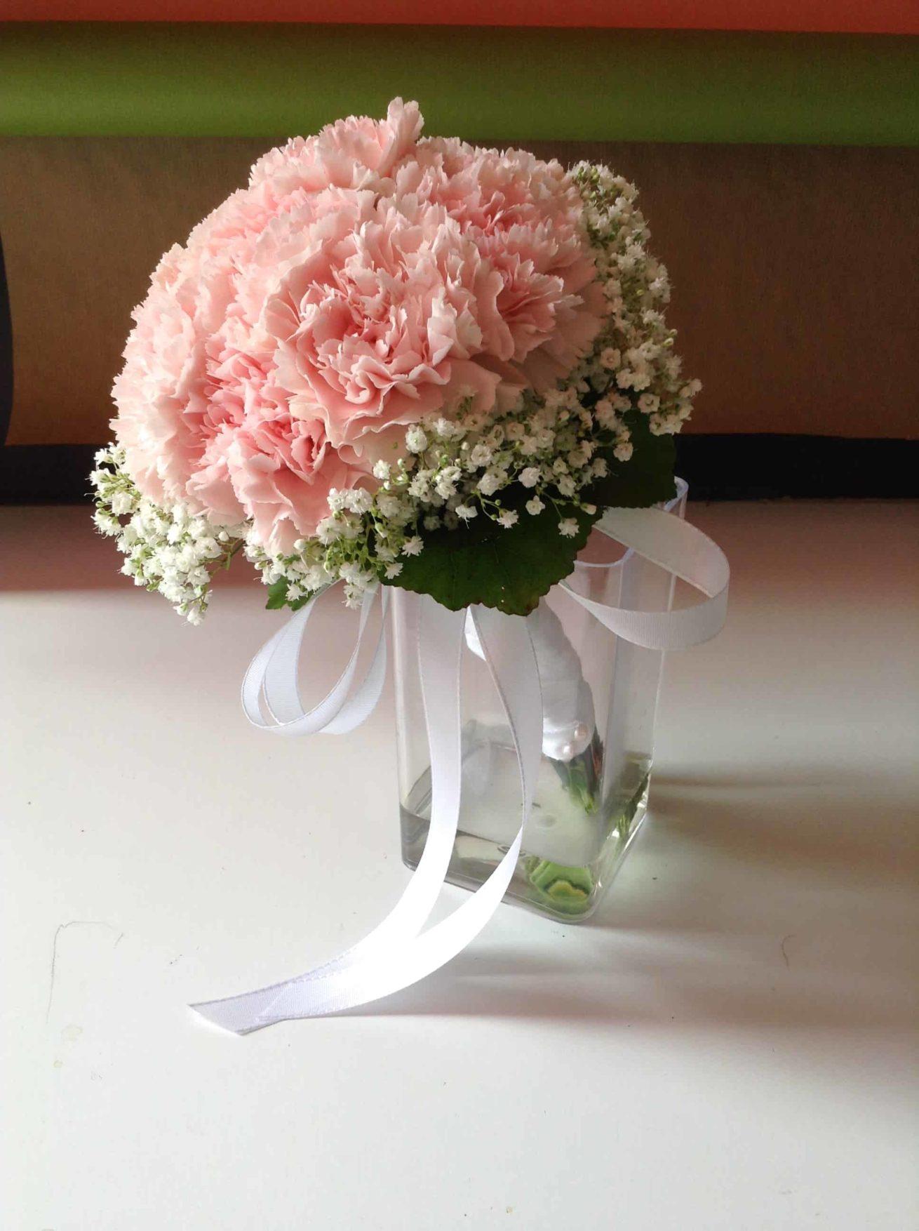 Fleuriste mariage Bordeaux Bouquet de demoiselle d'honneur oeillets roses et gypsophile Réalisation Carré Roses Artisan Fleuriste Bordeaux Bègles Floirac