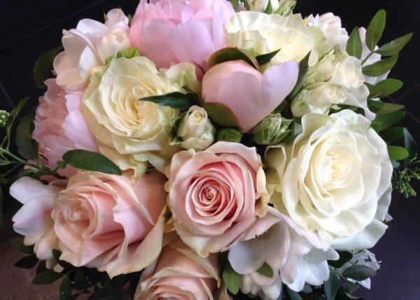 bouquet-mariee-carre-roses-bordeaux