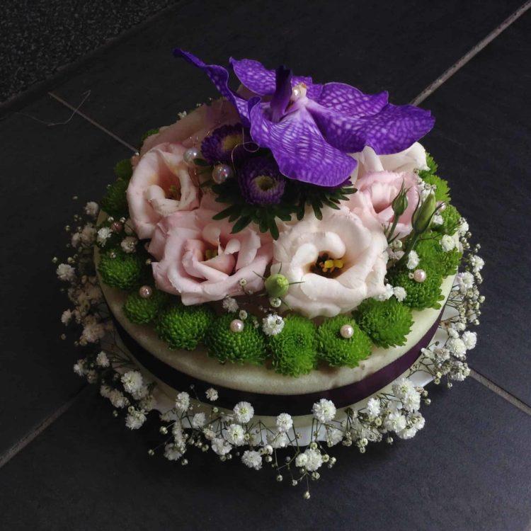 gateau-floral-carre-roses-bordeaux