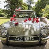 voiture-maries-carre-rose-bordeaux mariage