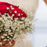 Fleuriste mariage Bordeaux Bouquet de mariée roses rouges et gypsophile Réalisation Carré Roses Artisan Fleuriste Bordeaux Bègles Floirac