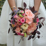 Fleuriste mariage Bordeaux Bouquet de mariée Roses anciennes, mignardises et eucalyptus Réalisation Carré Roses Artisan Fleuriste Bordeaux Bègles Floirac