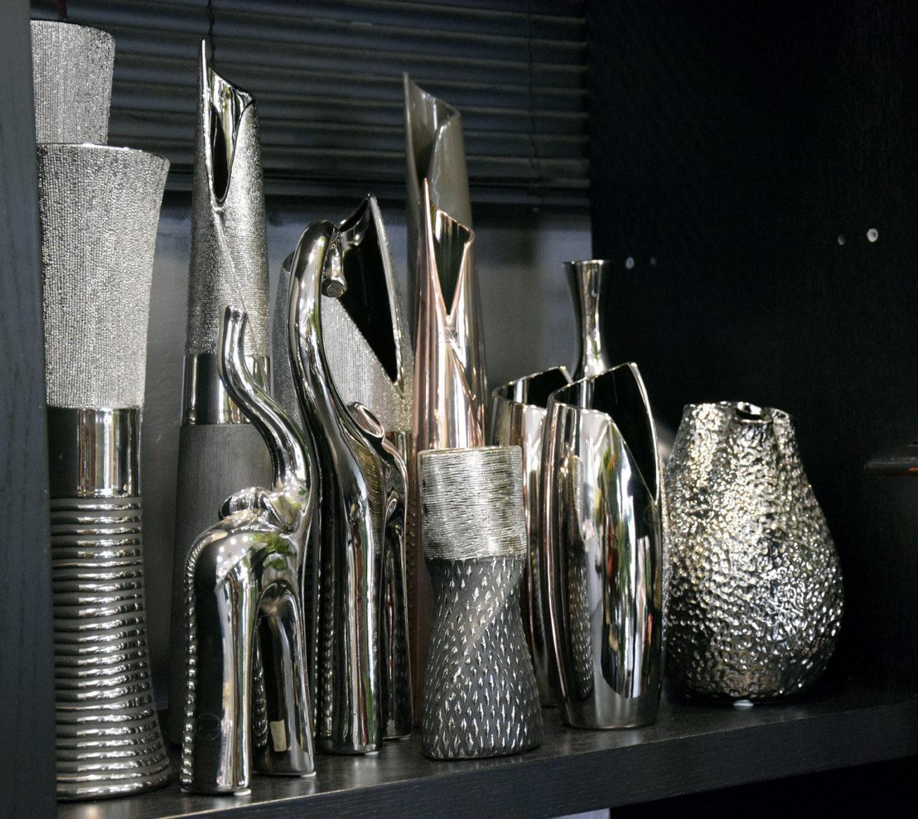 vase-decoration-argent-fleurs-bordeaux